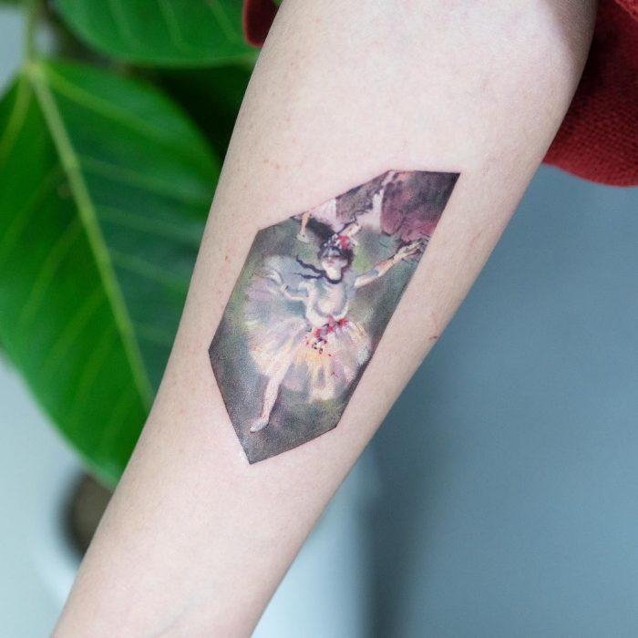 Tatuaje de pintura famosa en el brazo, Edgar Degas, la clase de baile