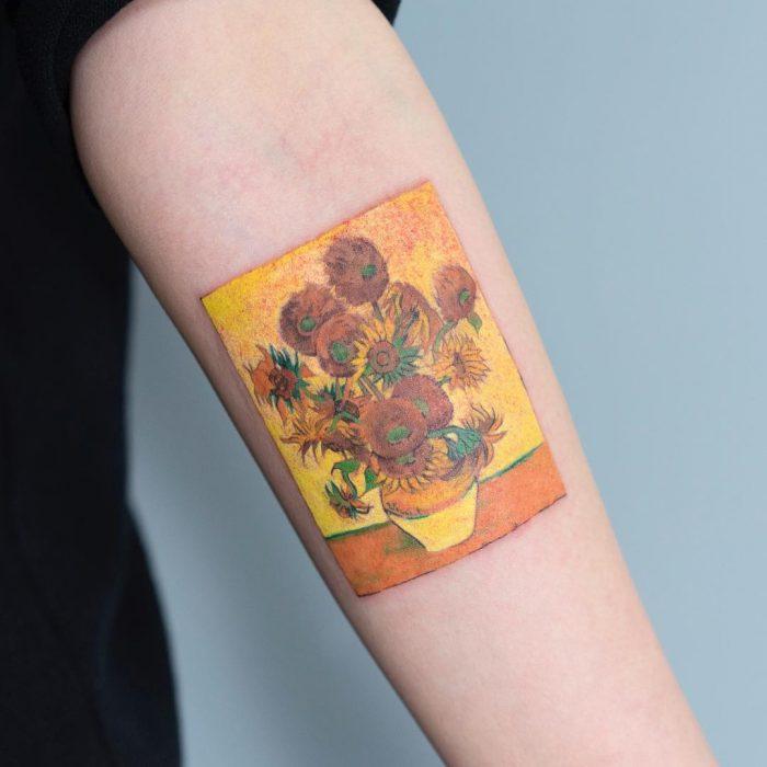 Tatuaje de pintura famosa en el brazo, Los girasoles de Van Gogh