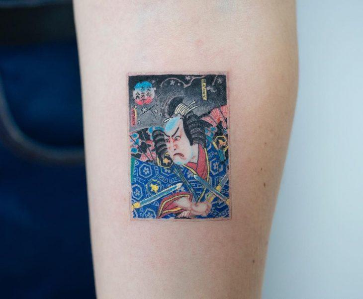 Tatuaje de pintura tradicional japonesa de un guerrero samurai en el brazo