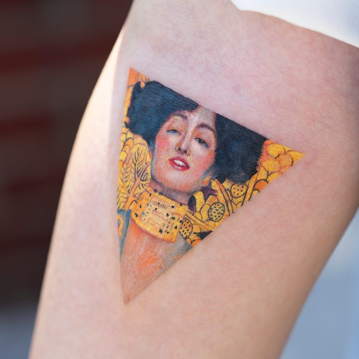 Tatuaje de pintura famosa en el brazo, El anhelo de Gustav Klimt