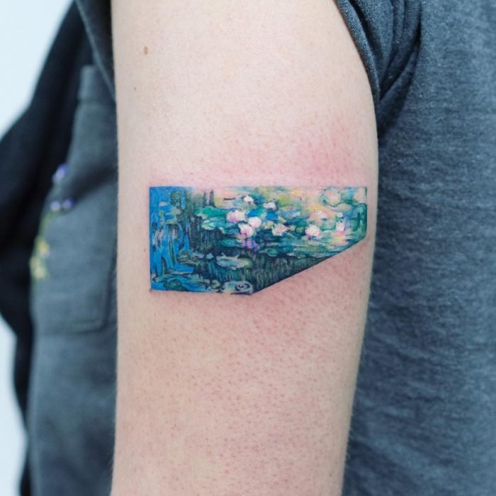 Tatuaje de pintura famosa en el brazo, Claude Monet, lirios de agua