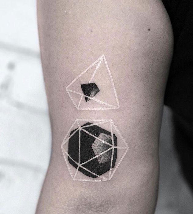 Diseño de tatuaje de tinta blanca con hexágono y un triángulo en 3D