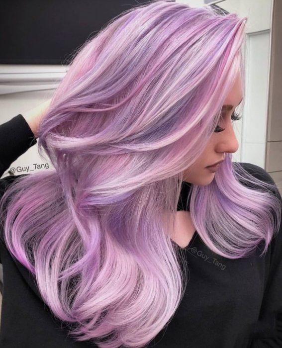 Chica con el cabello color lila