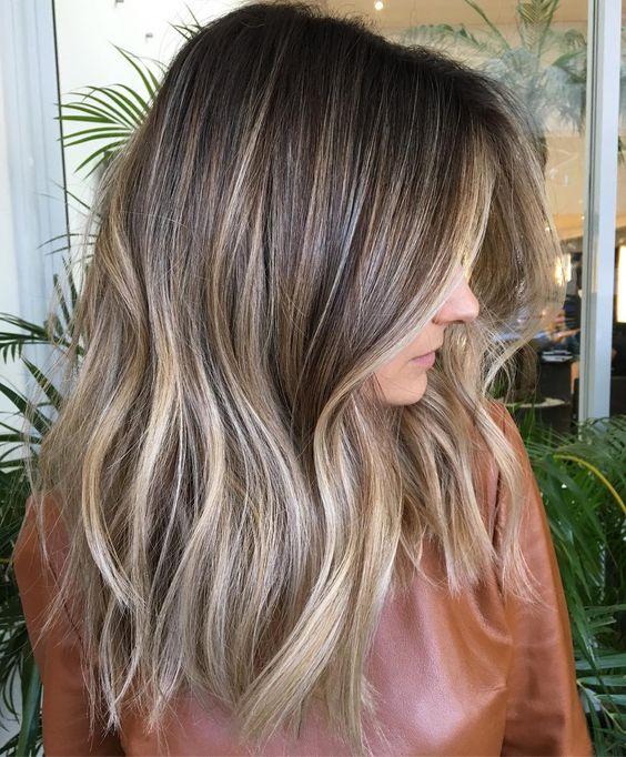 Chica con el cabello teñido de rubio