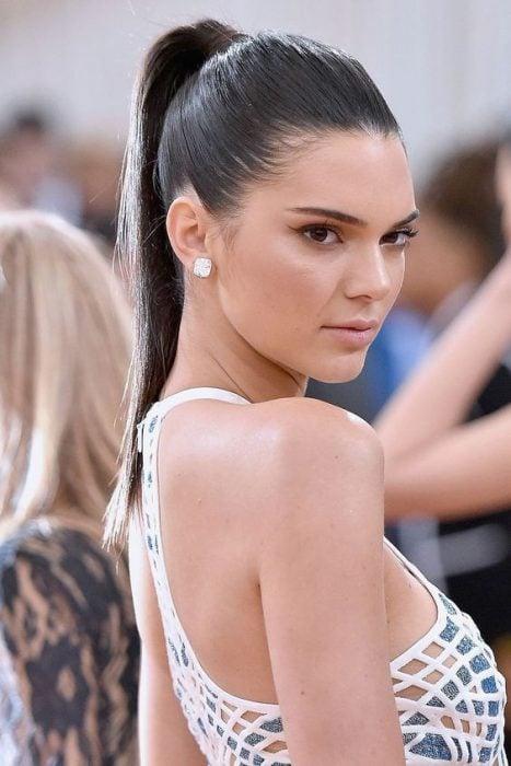 Kendall jenner con el cabello en una coleta