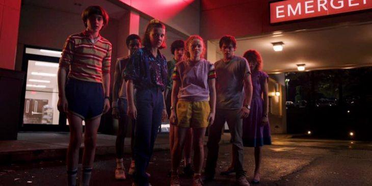 chicos saliendo del cine