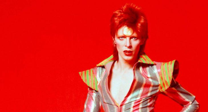 David Bowie en sesión fotográfica con una de sus icónicas vestimentas