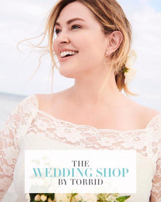 Imagen de una chica modelando un vestido de novia de la marca Torrid