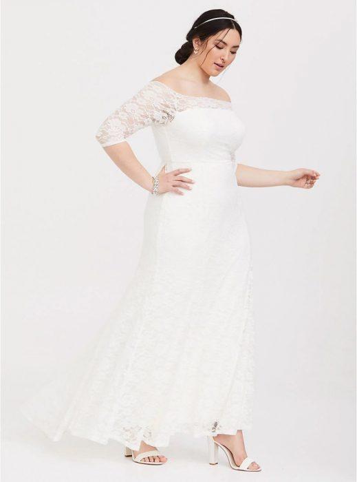 Chica de talla curvy modelando un vestido de novia blanco con corte sirena
