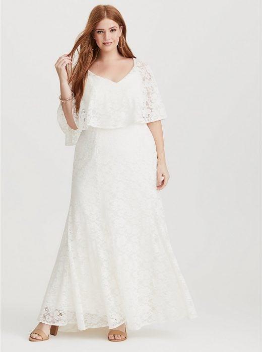 Chica de talla grande modelando un vestido de novia blanco de encaje