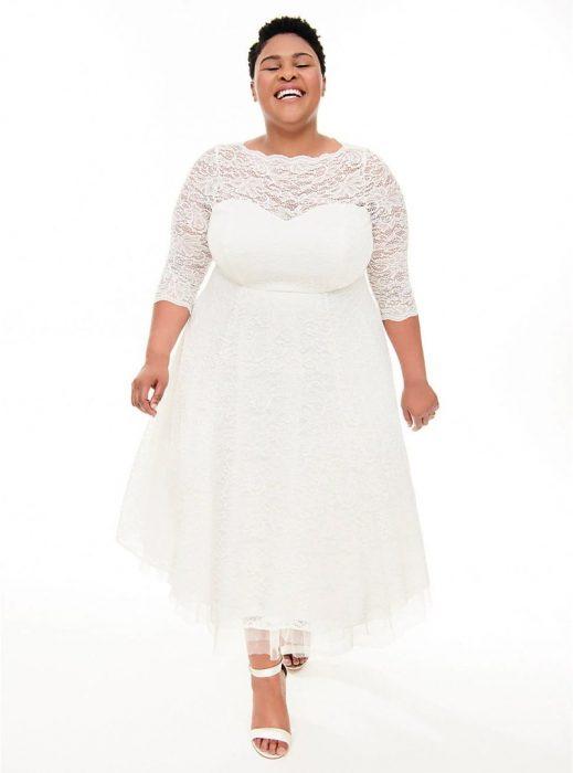 Chica plus size modelando un vestido de novia blanco con corte de princesa