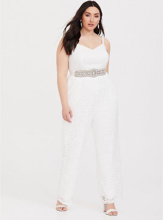 Chica curvy modelando un jumpsuit blanco para una boda
