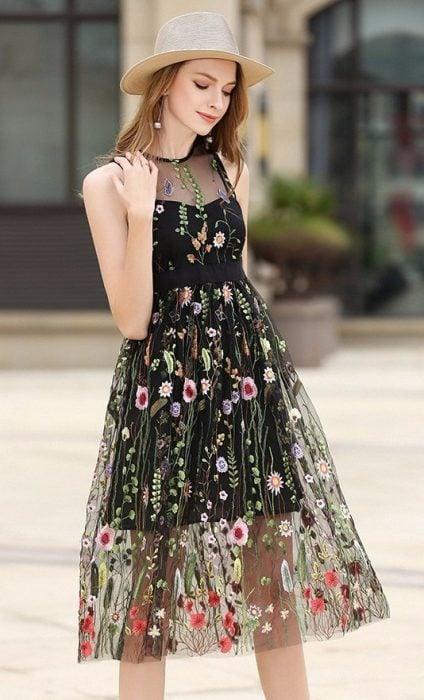 chica con vestido bordado y transparencias estilo boho