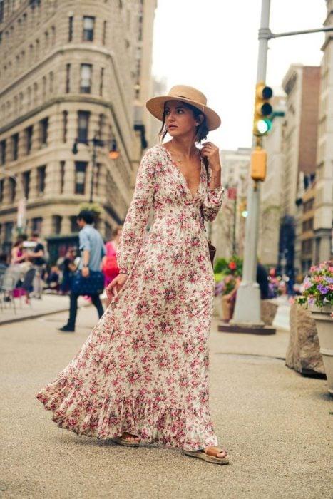 chica usando maxi vestido de flores y sombrero de paja