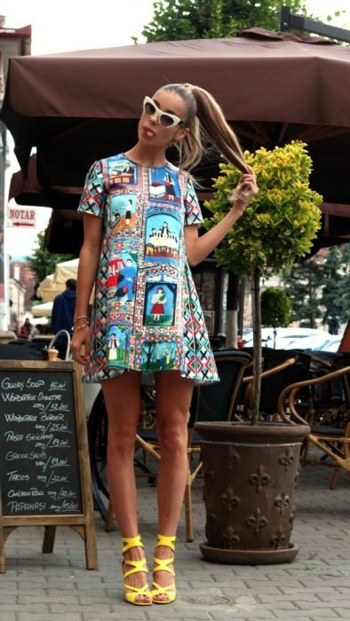 chica con vestido en corte A estampado de colores y sandalias amarillas de tacón