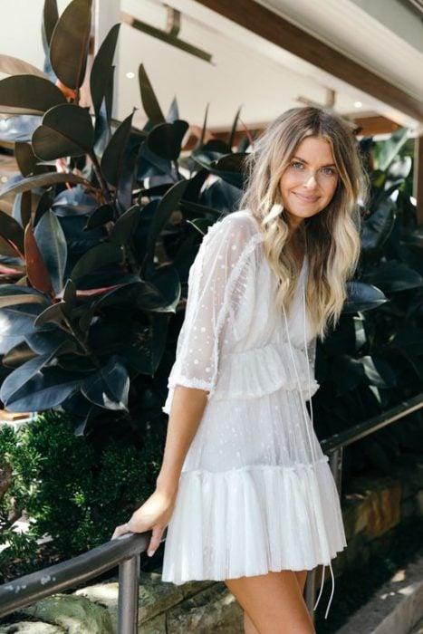 chica con vestido corto blanco estilo boho