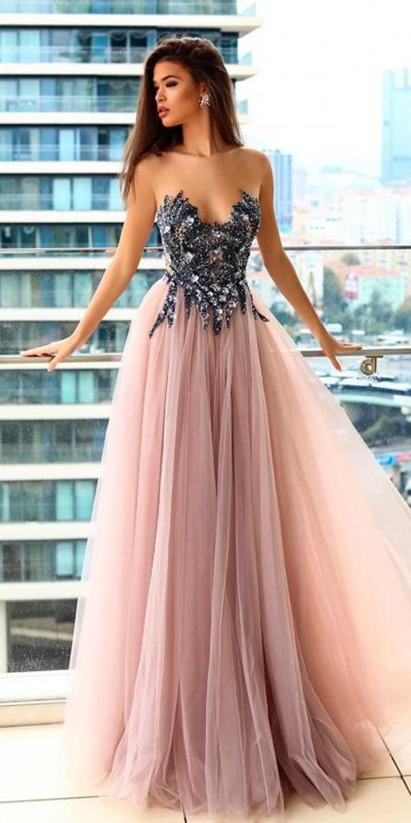 b6e3d7d27 Chica en una terraza modelando un vestido con con detalles brillantes en el  busto y falda