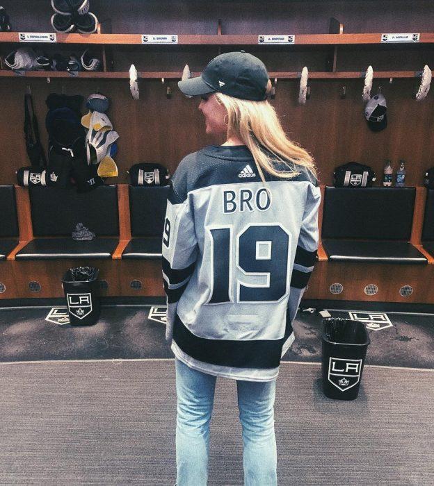 chica usando jersey de hockey