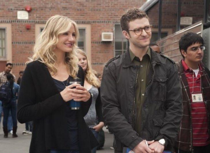 Pareja de maestros Cameron Diaz y Justin Timberlake mirando a sus alumnos escena de la película Mala Educación