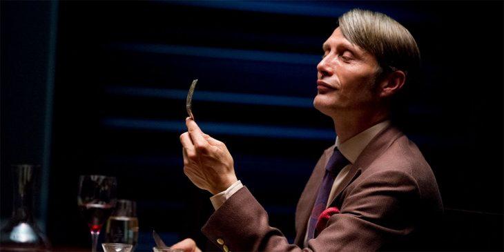 El actor Mads Mikkelsen interpretando al personaje de Hannibal de la serie del mismo nombre
