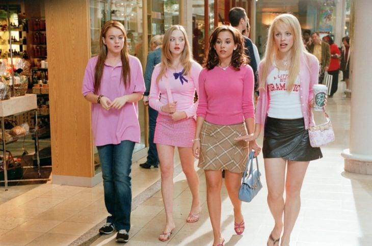 Las actrices Lindsay Lohan, Amanda Seyfried, Lacey Chambert y Rachel McAdams en la cinta Chicas Pesadas