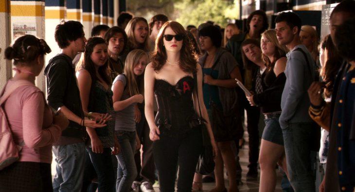 La actriz Emma Stone con un tumulto de gente en la cinta Se dice de mí