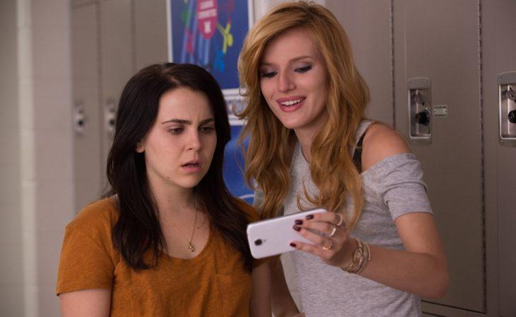 Las actrices Mae Whitman junto a Bella Thorne en la cinta La Duff