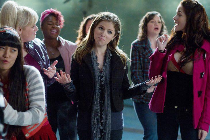 La actriz Anna Kendrick en frente de un tumulto de gente en la cinta Notas Perfectas