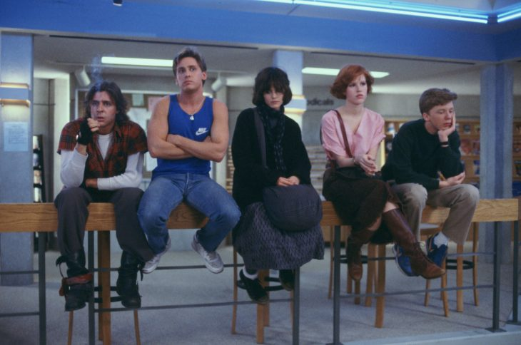 Los actores Judd Nelson, Emilio Estévez, Ally Sheedy, Molly Ringwald y Anthony Michael Hall en la cinta El Club de los Cinco