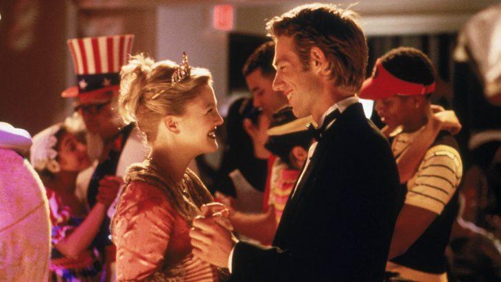 La actriz Drew Barrymore junto al actor Michael Vartan en la cinta Jamás Besada