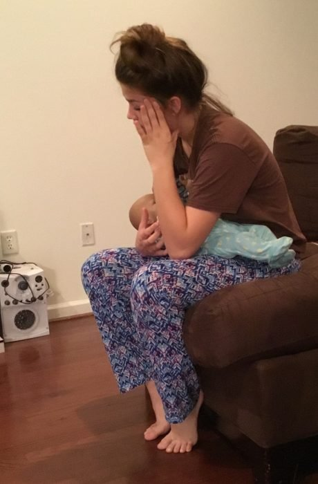 Olivia Cole cargando al bebé robot que le fue encargado como tarea escolar