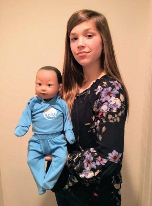 Olivia Cole de 15 años con su bebé robot que debía cuidar como tarea escolar