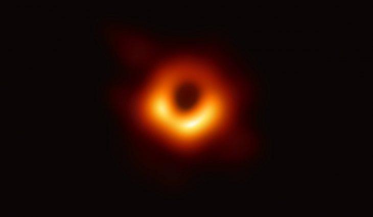 Primera fotografía tomada de un agujero negro gracias al algoritmo desarrollado por la joven científica Katie Bouman