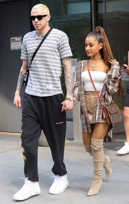 Ariana grande y Pete Davidson caminando juntos de la mano