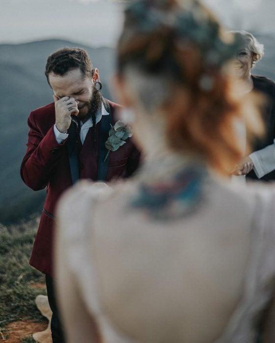 Pareja de novios con tatuajes celebra una boda nórdica al aire libre, prometido llora cuando ve llegar a su novia