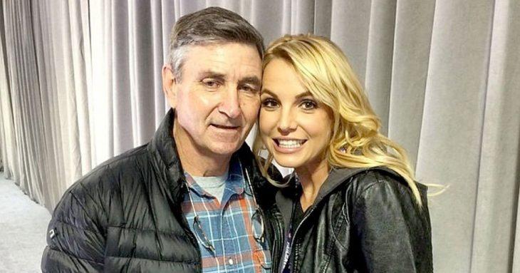 Chica recargada en el hombre de un hombre, ambos posando para una fotografía, hombre con chamarra negra de pluma de ganso, camisa a cuadros, cabello canoso, chica con chaqueta de mezclilla, sonriendo, cabello rubio, Britney y James Spears