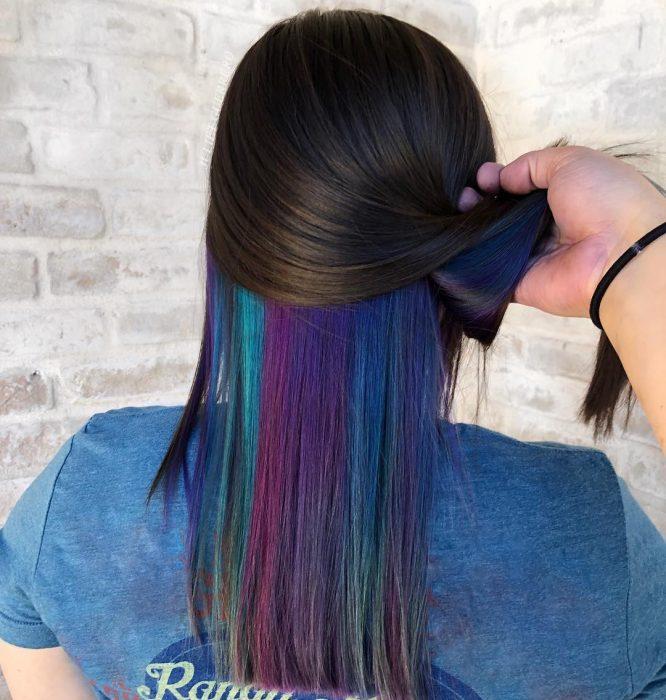 Tendencia de cabello, tinte oil slick que parece aceite derramado en el suelo, chica de cabello castaño y lacio con tinte en la parte de abajo de colores azul, morado y verde
