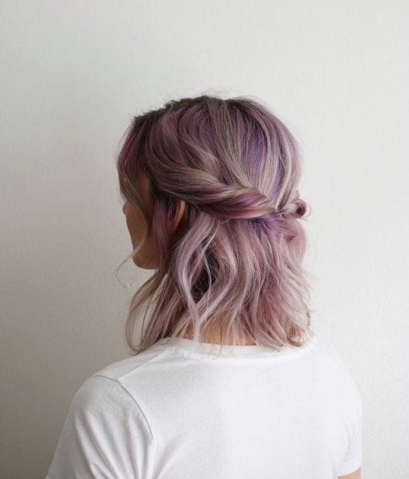 Chica con cabello corto a los hombros, color gris lavanda o lavender gray con tonos rosas, peinado de media cola despeinado
