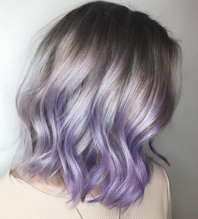 Chica con cabello corte bob, a los hombros y ondulado, color degradado ombré gris lavanda o lavender gray