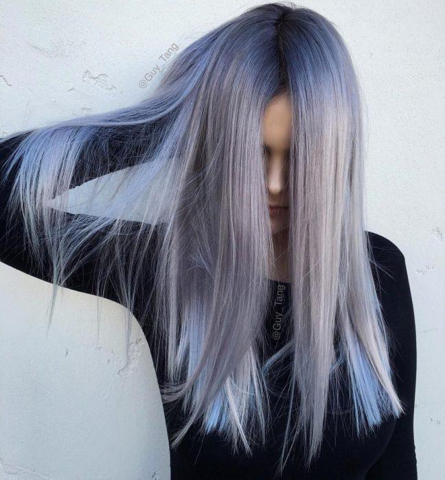 Chica de cabello largo y lacio color gris lavanda o lavender gray con tonalidades azules