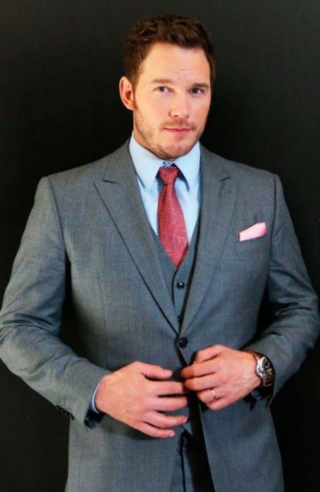 Chris Patt acomodándose el traje