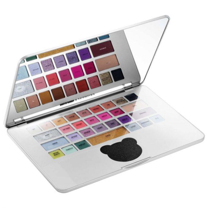 Paleta de sombra en forma de laptop de la nueva colección de maquillaje en colaboración con Moschino y Sephora