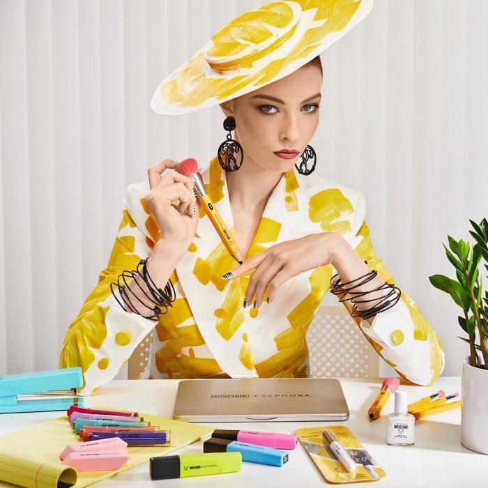 Chica mostrando la nueva colección de maquillaje de artículos de papelería de la marca Moschino y Sephora