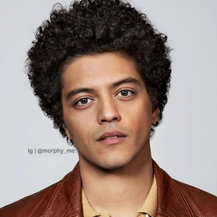 Chico con cabell rizado, chaqueta color vino y camisa amarilla, Rami Malek, Bruno Mars, Morphy_Me