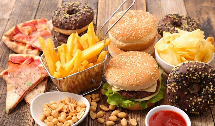 Distintos tipos de comida procesada como: pizza, papa fritas, donas, hamburguesas
