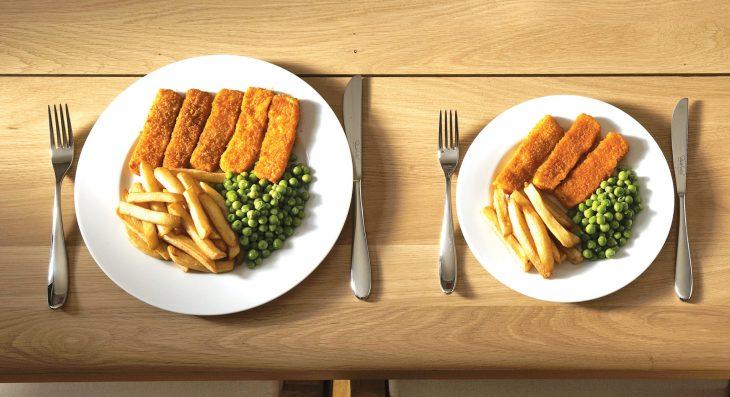 Una imagen sobre la diferencia entre menos cantidades de porciones en la comida
