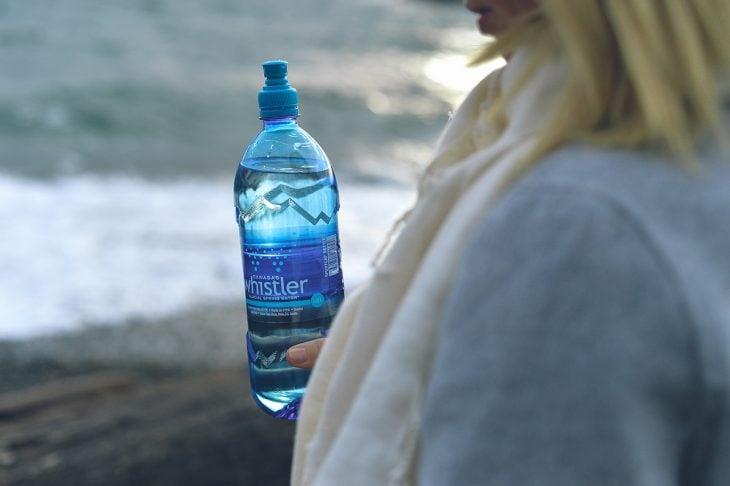 Mujer con botella de agua en la mano