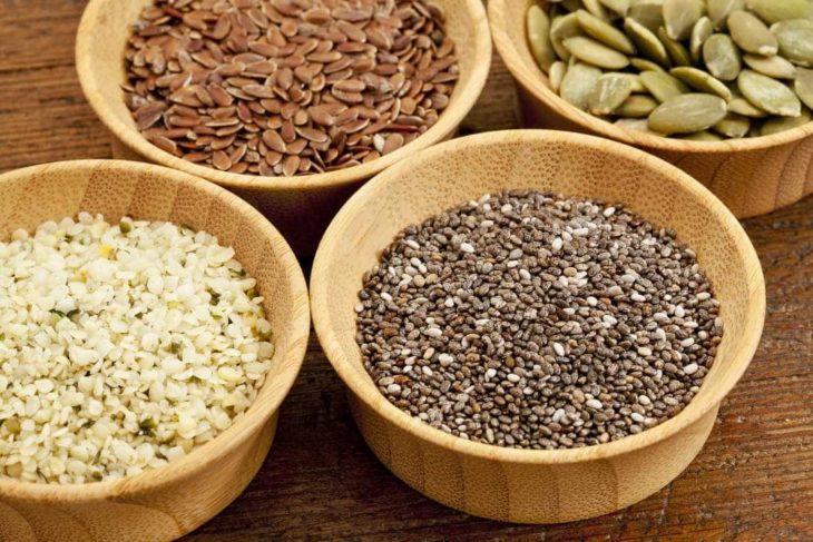 Cuatro tazones de diferentes tipo de semillas
