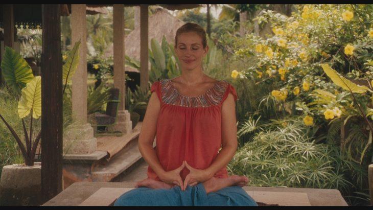 La actriz Julia Roberts meditando para la cinta Eat Pray Love