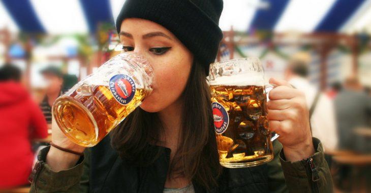 Chica bebiendo tarros de cerveza frente a una cámara